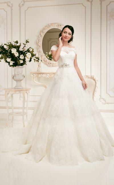 Пышное свадебное платье с фигурным вырезом и роскошной кружевной юбкой с длинным шлейфом.