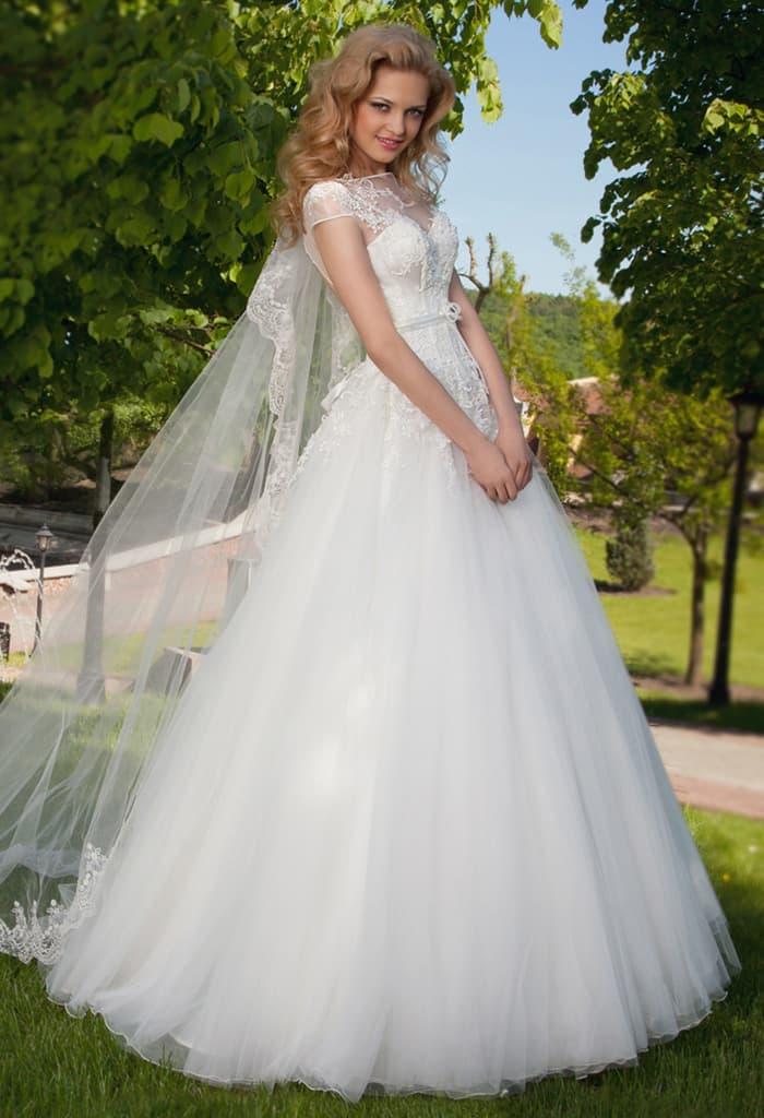 Пышное свадебное платье с кружевным верхом и вырезом на спинке.