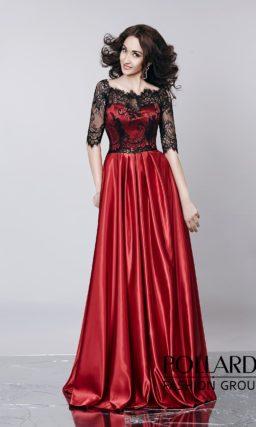 Красное вечернее платье из глянцевого атласа с декором из черной кружевной ткани.