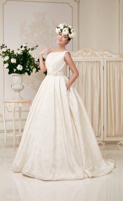 Изящное свадебное платье из фактурной ткани, с элегантным вырезом и широким поясом на талии.
