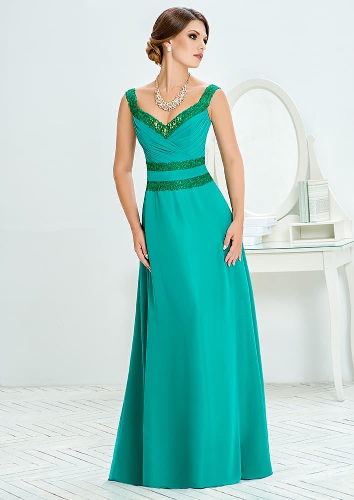 Зеленое вечернее платье с сияющей вышивкой по краям декольте.
