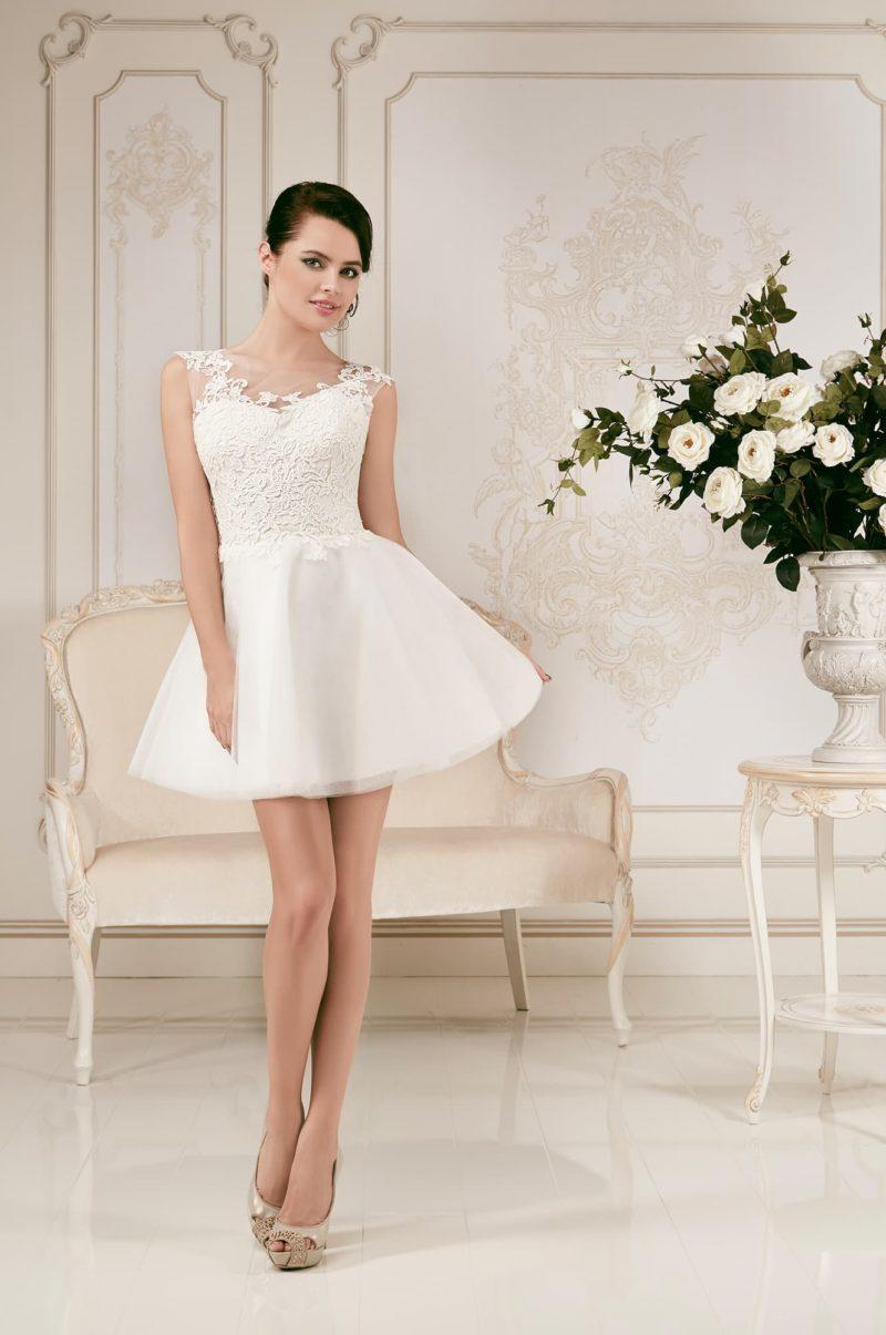 Стильное свадебное платье с пышной юбкой до середины бедра и кружевной отделкой верха.