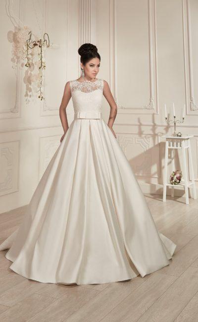 Свадебное платье с пышной юбкой из атласной ткани, бантом на талии и кружевным верхом.
