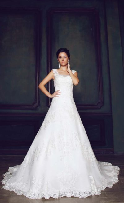 Свадебное платье «принцесса» с полупрозрачной вставкой над лифом, открытой спинкой и шлейфом.