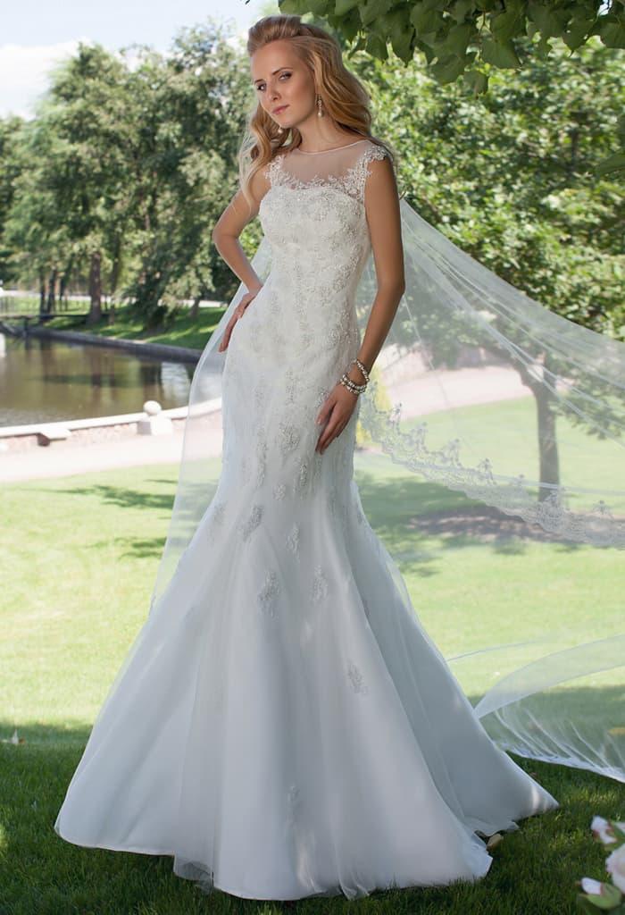 Кружевное свадебное платье силуэта «русалка» с изящным вырезом на спинке.