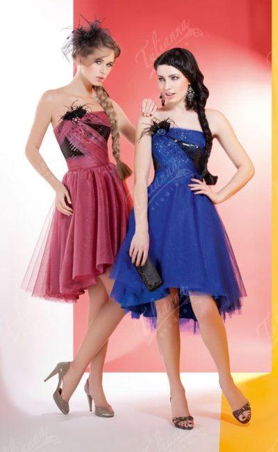 Открытое вечернее платье с многослойной юбкой и контрастным декором верха.