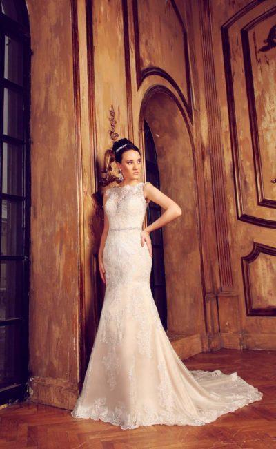 Утонченное свадебное платье «рыбка» цвета слоновой кости с закрытым кружевным верхом.