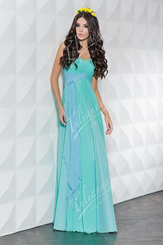 Открытое вечернее платье прямого кроя из голубой ткани.