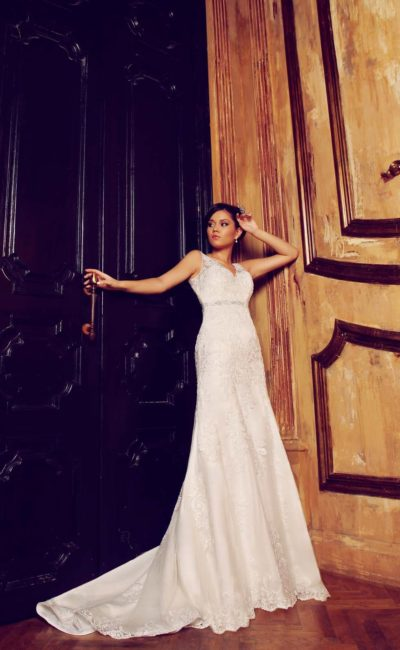 Кружевное свадебное платье с V-образным декольте, узким сверкающим поясом и открытой спиной.