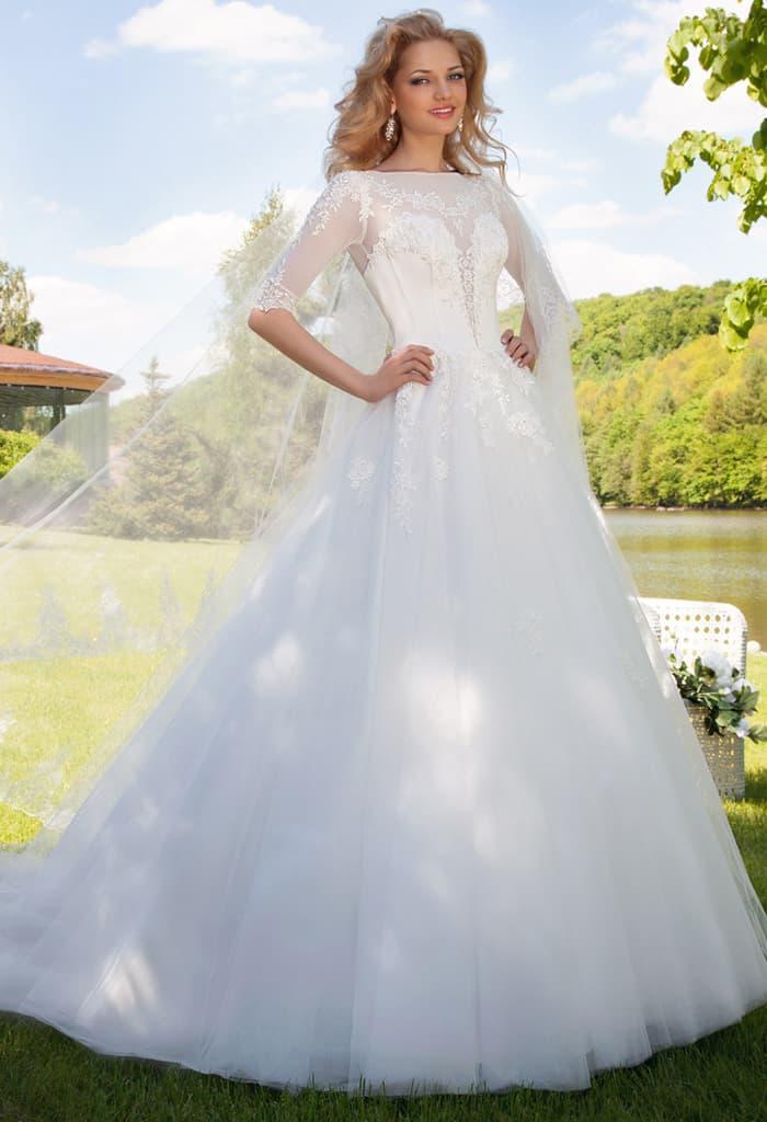 Закрытое свадебное платье с рукавом длиной три четверти, пышной юбкой и кружевным декором.