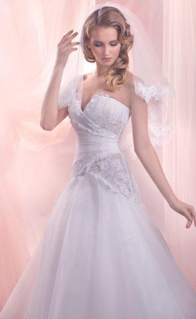 Свадебное платье с заниженной талией юбки «принцесса» и кружевом на лифе.
