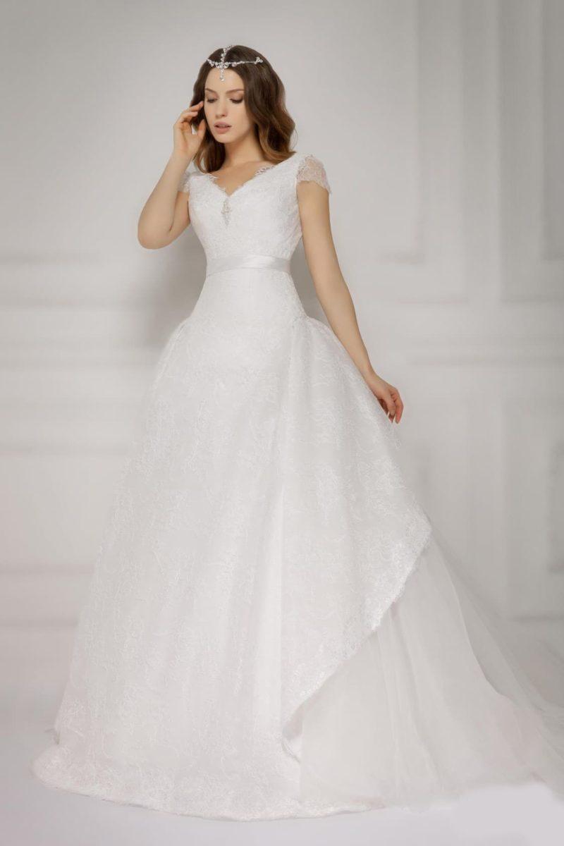 Воздушное свадебное платье с короткими кружевными рукавами и широким атласным поясом.