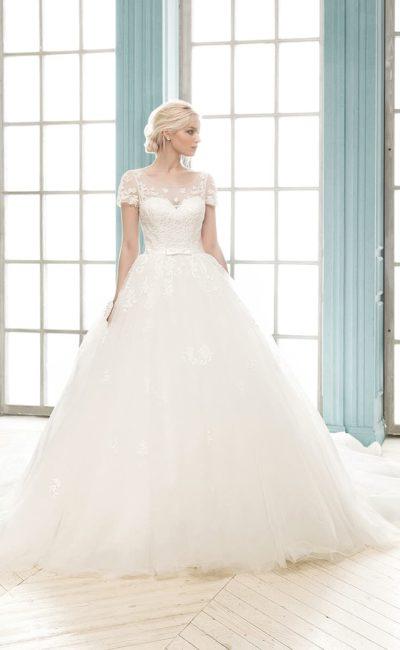 Пышное свадебное платье с округлым декольте и глубоким вырезом на спинке, а также узким поясом.