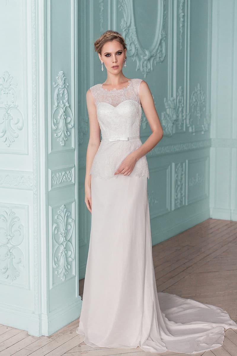 Утонченное свадебное платье прямого кроя с кружевной баской и узким поясом на талии.