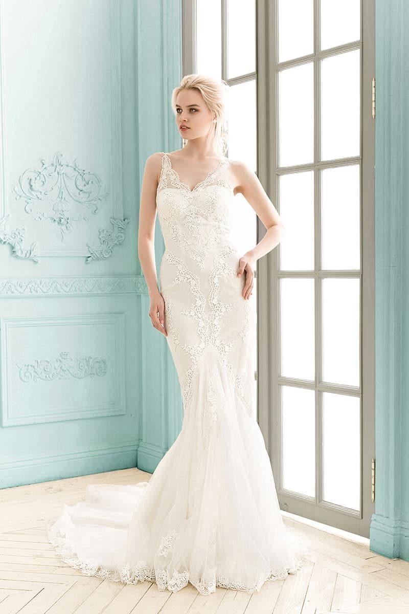 Свадебное платье «русалка» с V-образным декольте, стильно покрытым кружевной тканью.