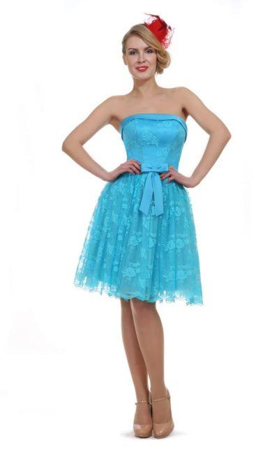Короткое вечернее платье голубого цвета с открытым прямым лифом.