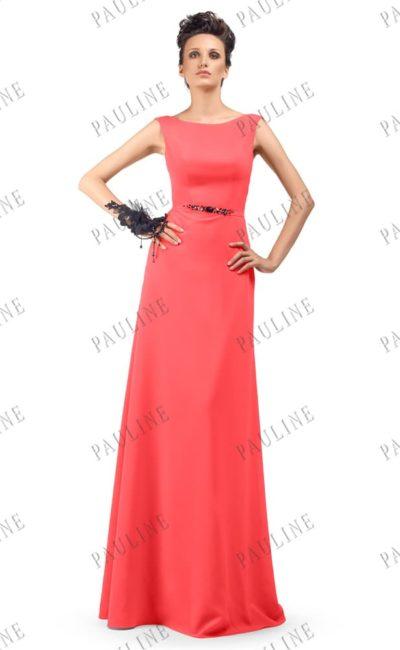 Коралловое вечернее платье с округлым декольте и длинной юбкой.