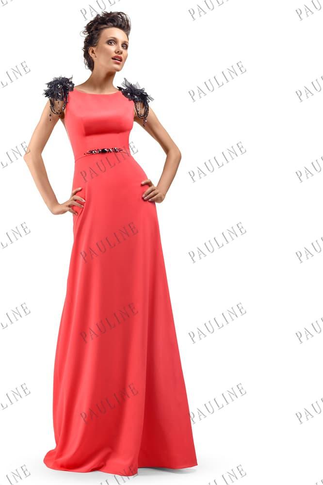 Коралловое вечернее платье прямого кроя с черным декором на талии и плечах.