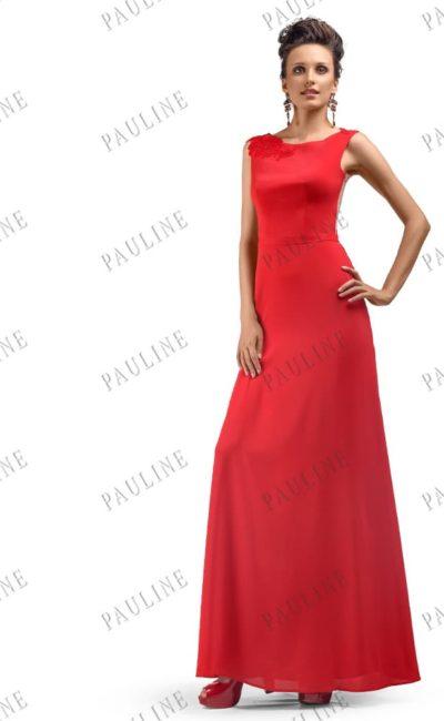 Алое вечернее платье облегающего кроя с округлым декольте с аппликациями.