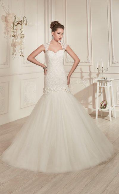 Свадебное платье «рыбка» с вырезом на спинке и потрясающе пышной юбкой ниже коленей.