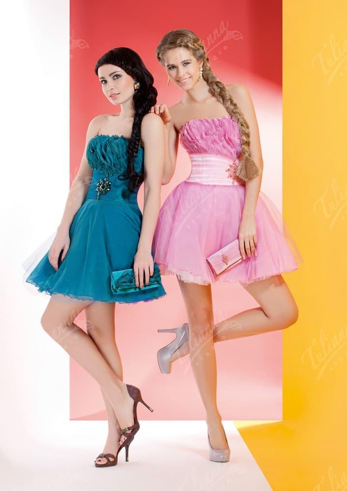 Вечернее платье с широким атласным поясом и короткой юбкой.