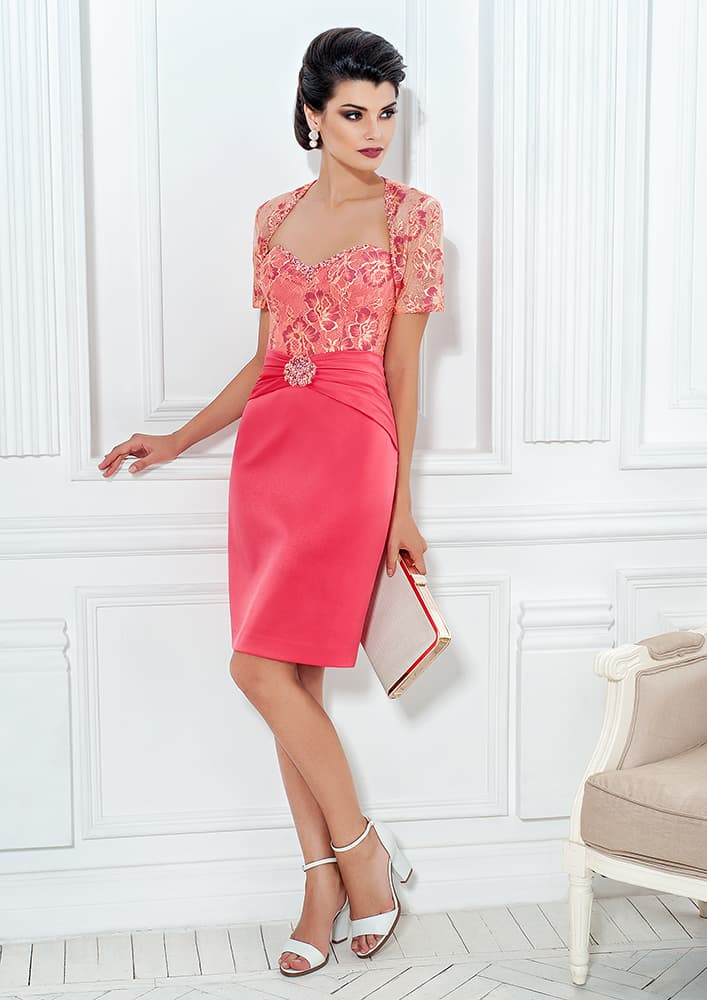Вечернее платье-футляр с элегантным кружевным рукавом.