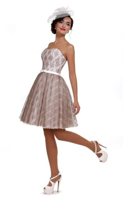 Короткое вечернее платье с пышной кружевной юбкой до колена.
