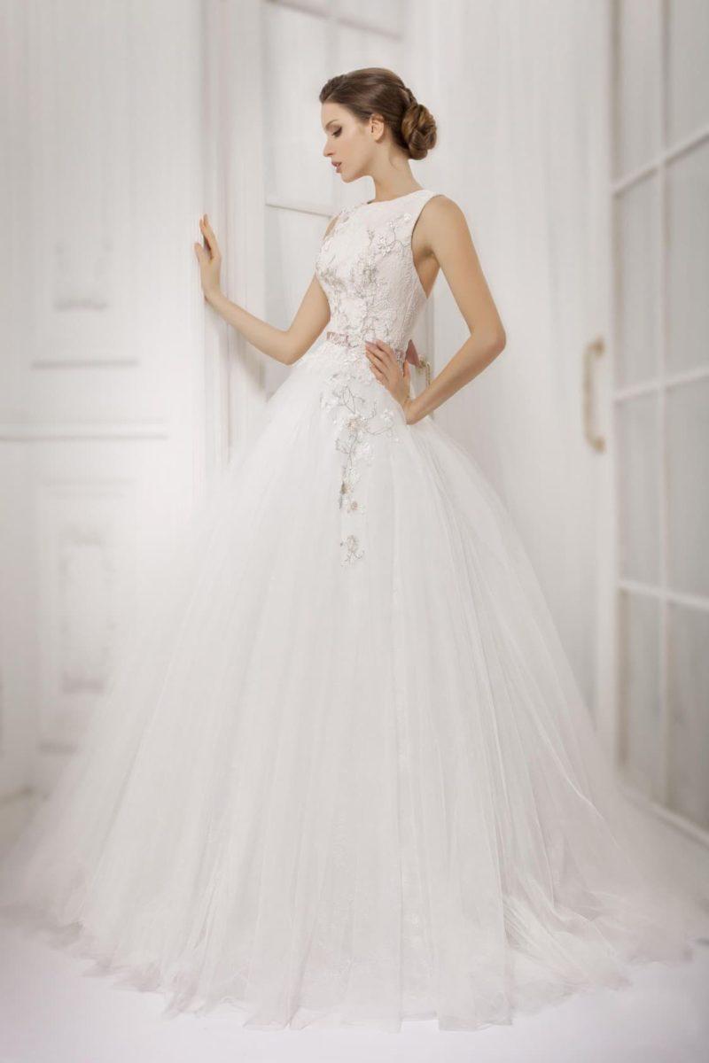 Роскошное свадебное платье с лифом бато и бисерной вышивкой по элегантному корсету.