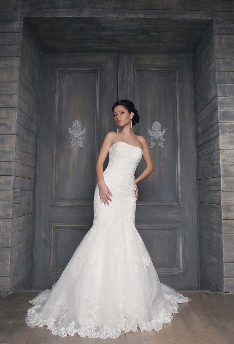 Романтичное свадебное платье с открытым лифом прямого кроя и кружевной юбкой «рыбка».