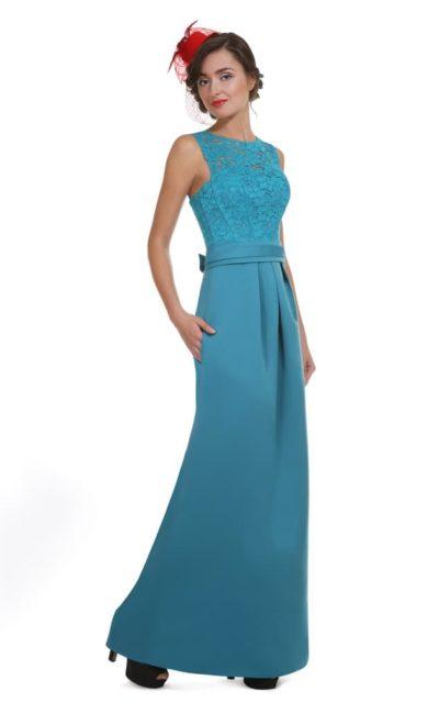 Голубое вечернее платье прямого кроя с вырезом на спинке.