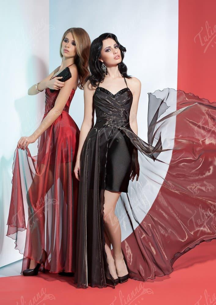 Эффектное вечернее платье с бретелькой через шею и тонкой верхней юбкой.