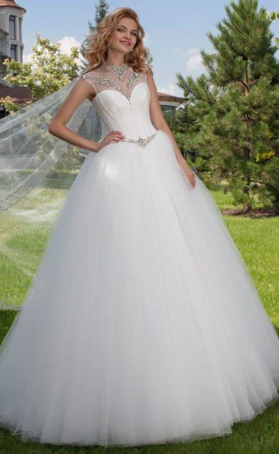 Роскошное свадебное платье с атласным корсетом, украшенным серебристым бисером.