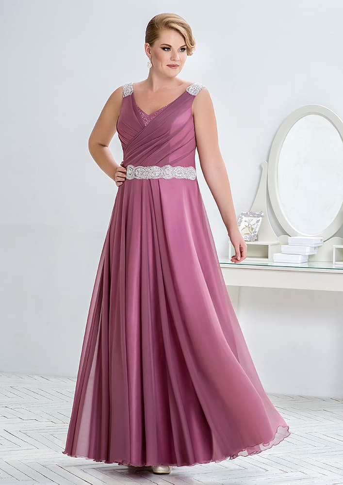 Прямое вечернее платье с V-образным вырезом и серебристой отделкой.