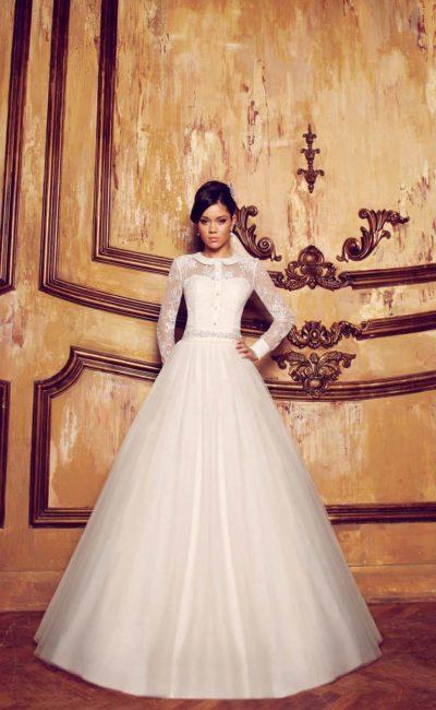Оригинальное свадебное платье с длинными рукавами, атласным округлым воротником и пышной юбкой.