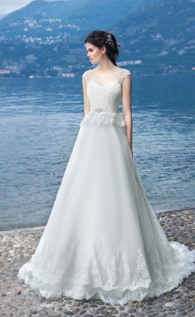 Классическое свадебное платье с короткой кружевной баской и юбкой «трапеция» со шлейфом.