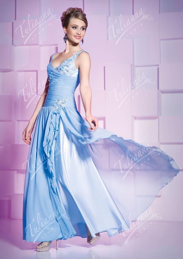 Голубое вечернее платье с летящей шифоновой юбкой.
