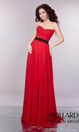Открытое вечернее платье с драпировками на корсете и блестящим черным поясом.