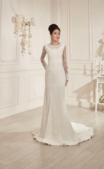 Закрытое свадебное платье, покрытое кружевом, с длинным рукавом и округлым вырезом под горло.