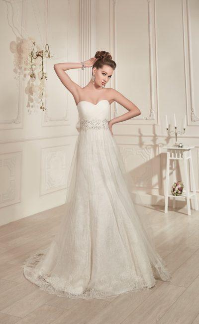 Свадебное платье «трапеция» с открытым лифом и широким поясом, украшенным бисером.