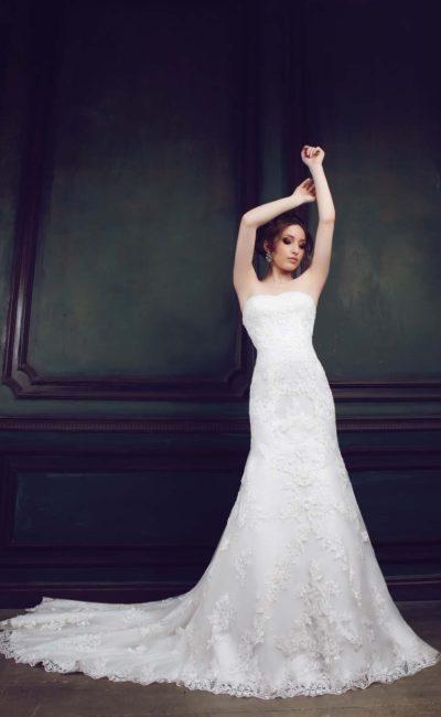 Свадебное платье «рыбка» с лаконичным открытым лифом и деликатной кружевной отделкой.