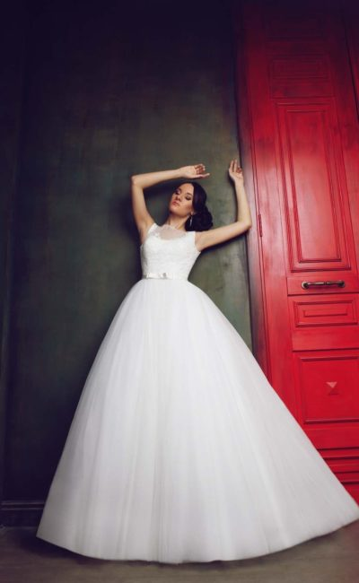 Великолепное свадебное платье с многослойной юбкой и открытой округлым вырезом спинкой.