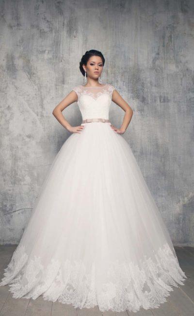 Пышное свадебное платье с глубоким декольте на спинке и узким розовым поясом из атласа.