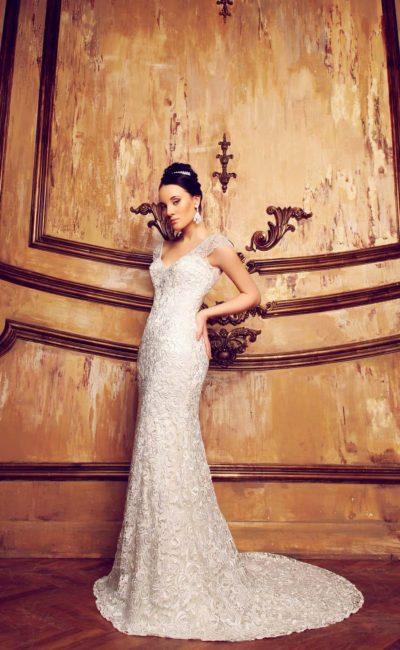 Роскошное свадебное платье, покрытое глянцевым кружевом, с V-образным декольте.