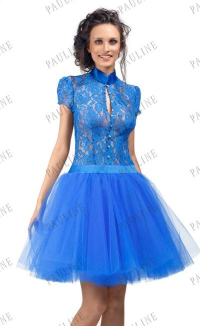 Пышное вечернее платье с кружевным корсетом и атласным воротником.