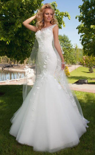 Драматичное свадебное платье «русалка» с закрытым верхом и объемными аппликациями.