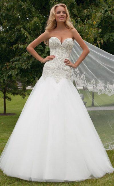 Изысканное свадебное платье с заниженной линией талии и плотной вышивкой на корсете.