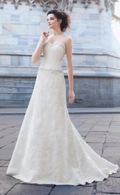 Открытое свадебное платье с сияющей отделкой края лифа и бисерным поясом на заниженной талии.
