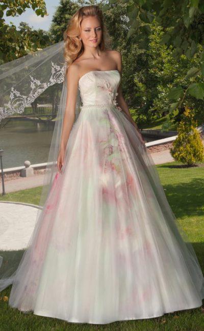 Цветное свадебное платье с лифом прямого кроя и роскошной многослойной юбкой.