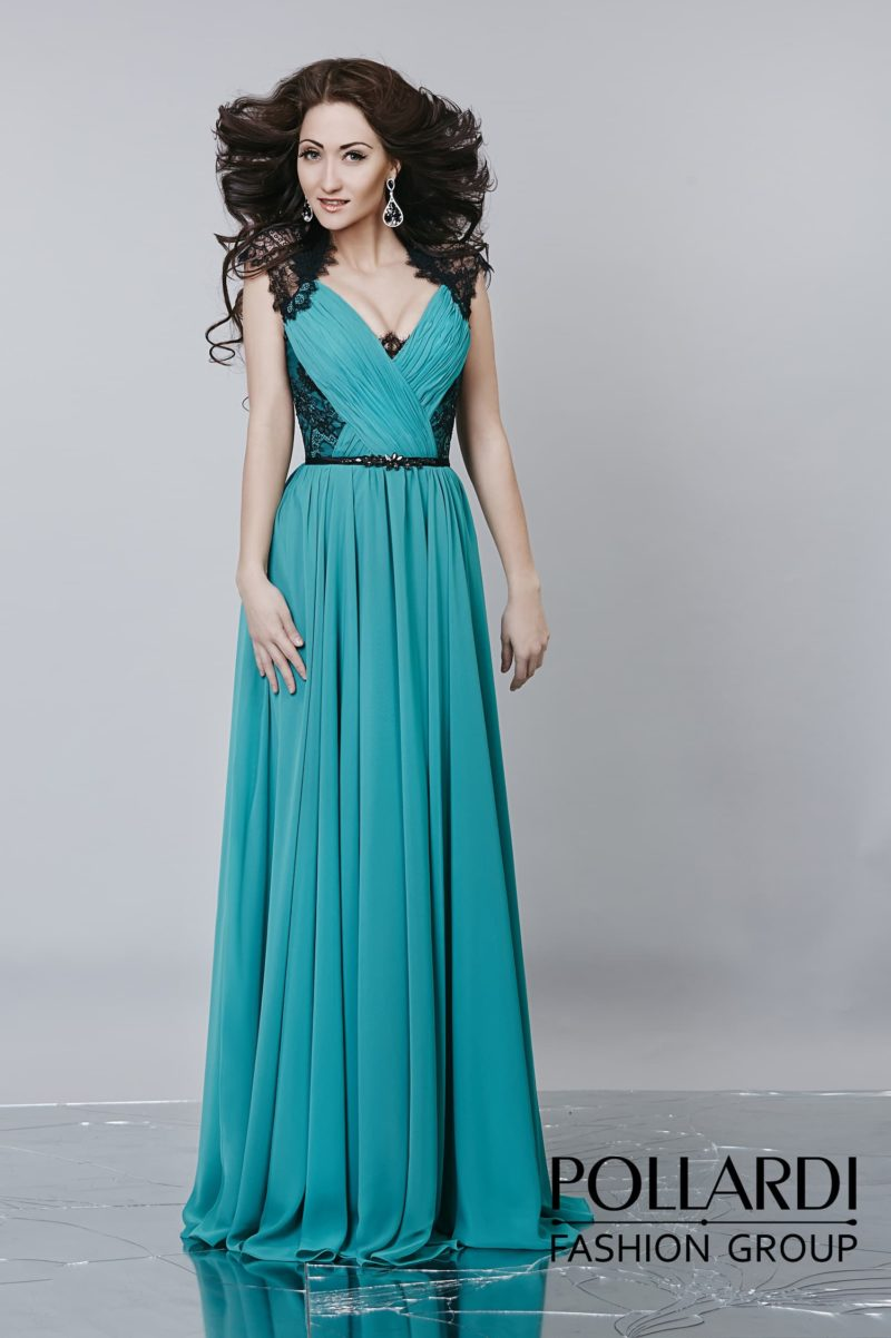 Женственное вечернее платье прямого кроя с драпировками по лифу и V-образным вырезом.