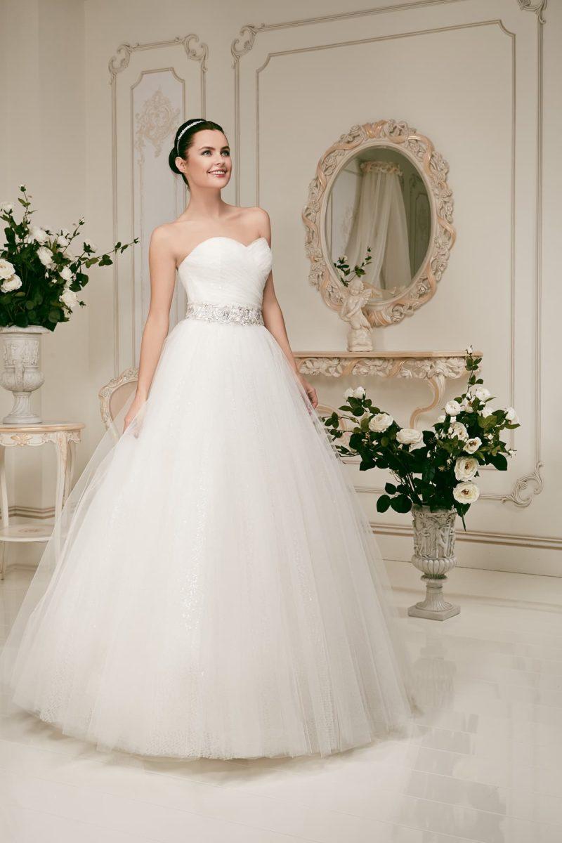 Пышное свадебное платье с открытым корсетом с лифом в форме сердца и широким поясом, украшенным бисером.